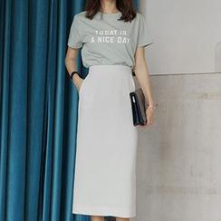 Ashlee - Set: Short-Sleeve Lettering T-Shirt + Midi Skirt