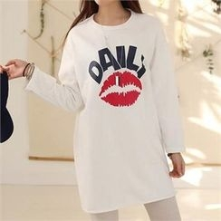 CHICFOX - Lip Print Lettering Long T-Shirt