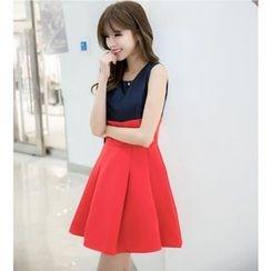 Dowisi - Pleated Panel Sleeveless Dress