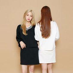 Envy Look - Set: Contrast-Trim V-Neck T-Shirt + Mini Skirt