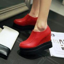 Charming Kicks - 仿皮松糕鞋