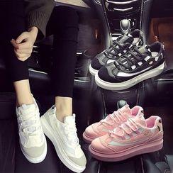 Charming Kicks - 拼接休閒鞋
