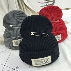 Ordinario - Pin-Accent Ribbed Beanie