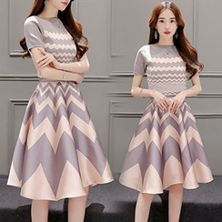 Lavogo - Chevron Short-Sleeve Midi Dress