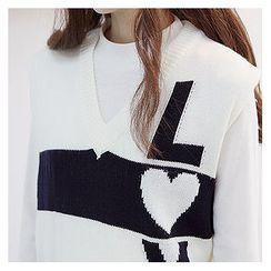 Sechuna - V-Neck Sleeveless Lettering Knit Top