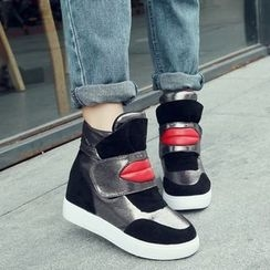 Yoflap - Lips Applique Hidden Wedge Sneakers