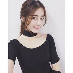 Eva Fashion - Plain Short-Sleeve T-shirt with Choker