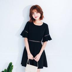 东京著衣 - 荷叶A字连衣裙