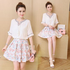 Sienne - Set: Embroidered Elbow Sleeve Top + Floral Print Pleated Skirt
