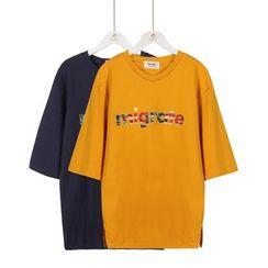 Momewear - Elbow-Sleeve Lettering T-Shirt