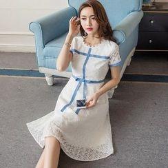 巧妮儿 - 蝴蝶结装饰短袖蕾丝连衣裙