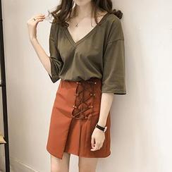 Little V - Set: Lettering Back 3/4 Sleeve T-Shirt + Lace Up Mini Skirt