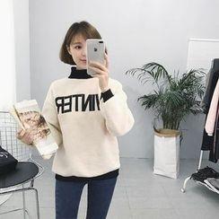 RASA - Letter Mock-neck Fleece Sweatshirt