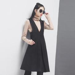 Sonne - 深V高腰压褶背带A字连衣裙