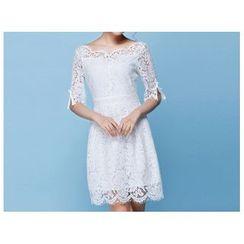 草莓花朵 - 中袖蕾丝连衣裙