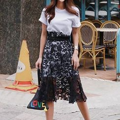 Queen Bee - Set: Short-Sleeve T-shirt + Lace Midi Skirt
