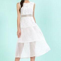 草莓花朵 - 刺绣蕾丝拼接无袖连衣裙