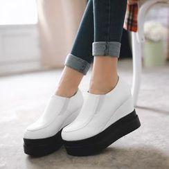 幸福鞋坊 - 仿皮厚底船跟鞋