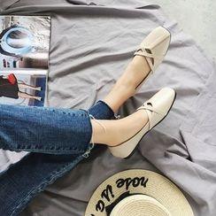 周董女鞋 - 方形鞋头交错带平跟鞋