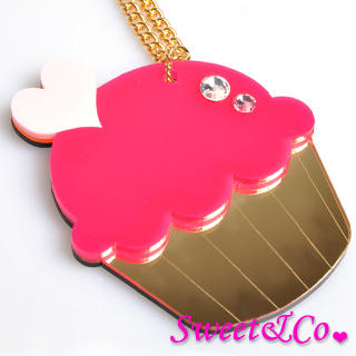 Sweet & Co. - Sweet&Co. XL Mirror Fuchisa Cupcake Gold Necklace