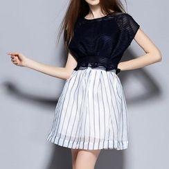 妮佳 - 套装: 短袖条纹上衣 + 小背心 + 条纹短裙