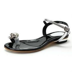 MODELSIS - Skull-Studded Loop-Toe Sandals
