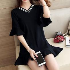 Bubbleknot - V-neck Frilled Knit Dress