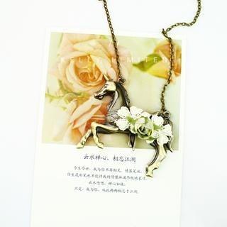 Gossip Girl - Flower-Accent Horse Necklace