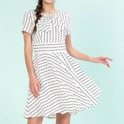 草莓花朵 - 条纹拼接短袖连衣裙