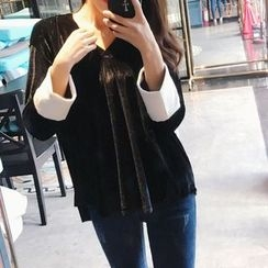 Jolly Club - Long-Sleeve V-Neck Contrast-Color Top