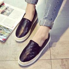 Charming Kicks - 绗缝轻便鞋