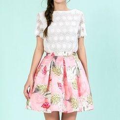 草莓花朵 - 套装: 短袖蕾丝上衣+ 印花饰褶裙