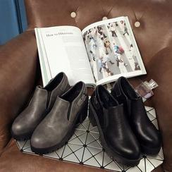 IYATO - 厚底粗跟饰扣带踝靴