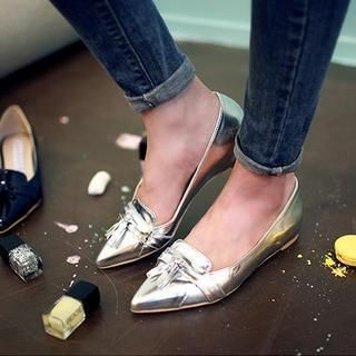 chuu - Pointy-Toe Tasseled Flats