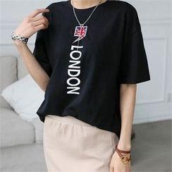 CHICFOX - Short-Sleeve Lettering T-Shirt