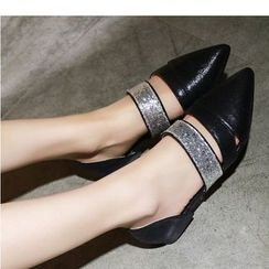 TULASI - 亮面带尖头平跟鞋