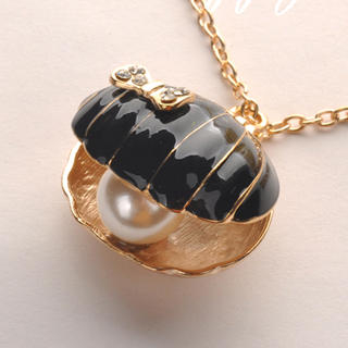 Fit-to-Kill - Shell Pearl Necklace - Black