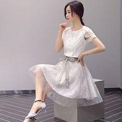 Romantica - 套裝: 蕾絲上衣 + 腰繫帶短裙