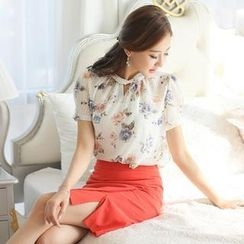 Styleonme - Keyhole Front Short Sleeve Floral Print Chiffon Top