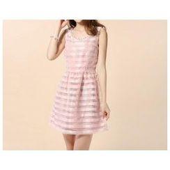 草莓花朵 - 无袖缀欧根纱连衣裙