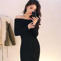 chuu - Off-Shoulder Ribbed Bodycon Dress